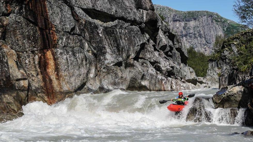 PRESIS PADLING: Julian Stocker er vakse opp i Sveits, mellom presise ur og bratte fjellveggar, og trives godt med presisjonspadling nede i djupet av Blakkågajuvet. Bilete: Ron Fischer