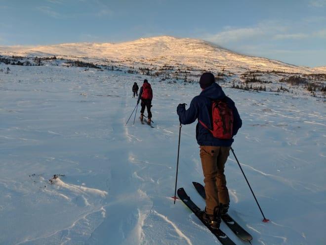 MANNFJELLET: Fjellet i Meråker er et populært toppturmål for trøndere. Her er gjengen på vei opp. Foto: Martin Dahl Wanderås