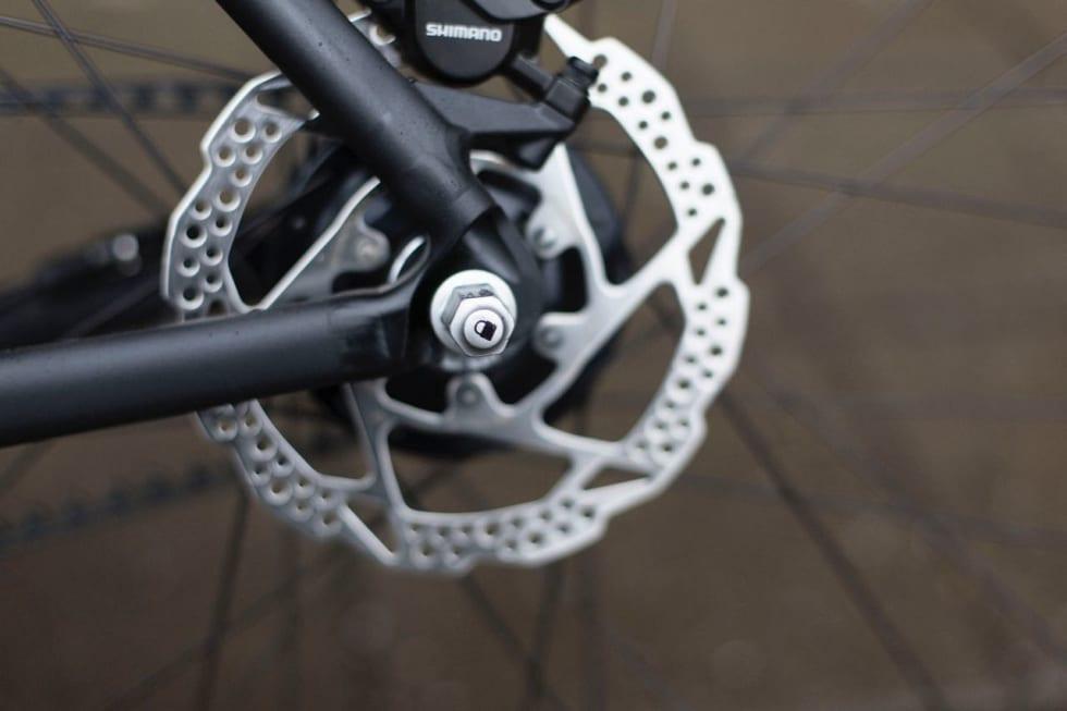 HJULLÅS: Å løsne hjulene på Canyon Urban krever en egen teknikk som raskt avskrekker tyver. Smart!
