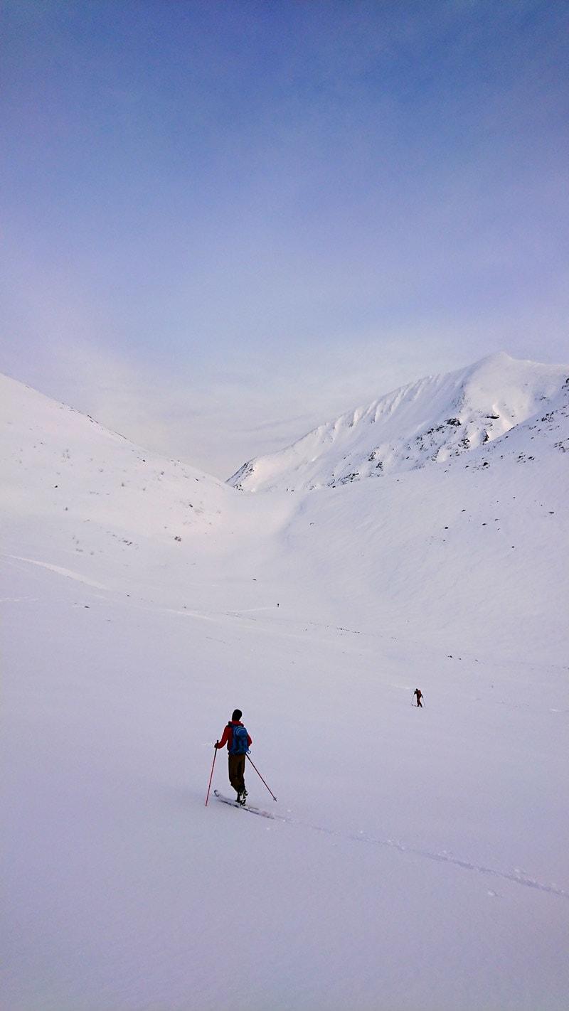 ANMARSJEN: Vi treffer godt med både været, snøen og lysforholdene. Vestsiden på Klauva i bakgrunnen. Foto: Adam Tumidajewicz