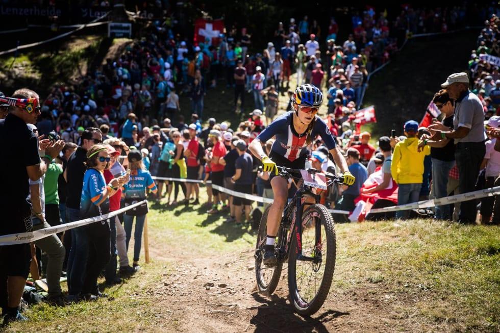 OVERRASKELSE: Kate Courtney vant U23-vm i fjor, men har ikke vunnet et eneste verdenscupritt som senior, før nå. Foto: UCI
