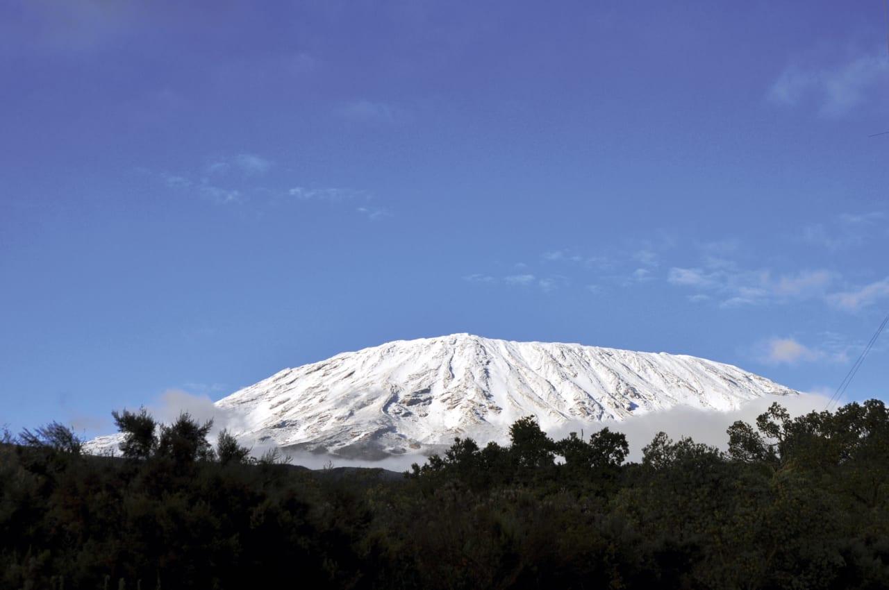 """""""DEN HVITE SNØEN"""": Hemingways tittel er det som møter oss den første morgenen, men snøen på Kilimanjaro kan smelte innen 20 år. Foto: Henriette Aas."""