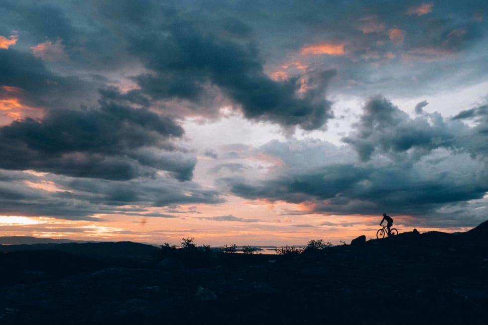 STOR HIMMEL: Selv om landskapet går konstant opp og ned er horisonten lav, og midnattsolen gjør mye ut av seg.