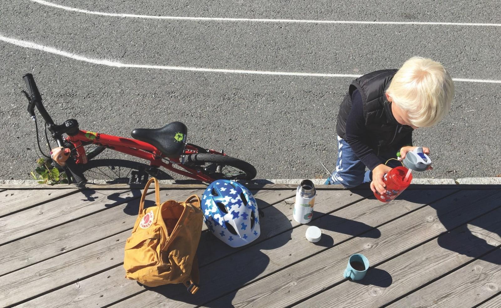 PÅFYLL: Drikke underveis er ikke noe mindre viktig for treåringer enn det er for proffene i Tour de France. Foto: Gunhild Aaslie Soldal