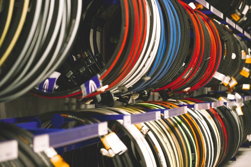 ASSORTERT: På veggen henger de billige dekkene med kanttråd i stål. Godsakene finner du bak disken.