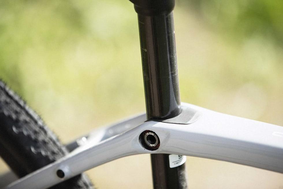ISOSPEED: Et lite ledd og et rotasjonslager frikobler seterøret fra overøret slik at det kan bevege seg en drøy centimeter frem og tilbake. Det gir økt komfort, men også en følelse av økt fraspark