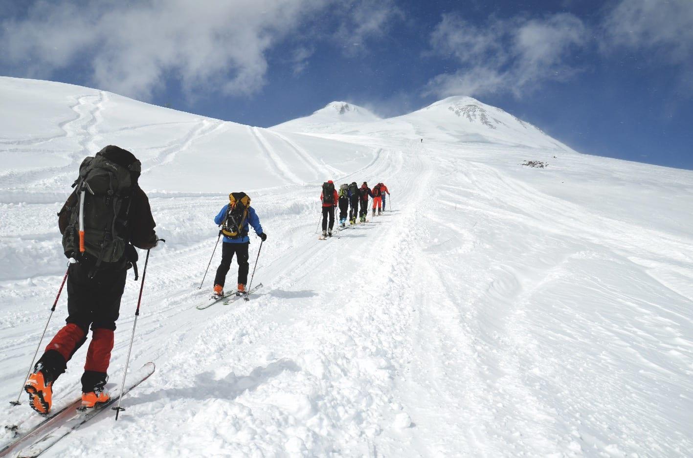 INNSPURT: Siste akklimatiseringstur til 4700 moh. er tung, og kroppen merker høyden godt. Utsikten er desto bedre, med Elbrus foran oss. Foto: Ida Eri Sørbye