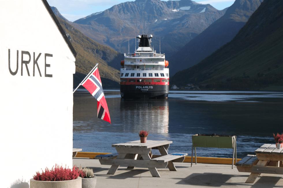 FERSK SJØVEI: Hjørundfjorden er nå en del av Hurtigrutens konsept, da selskapet for første gang på over 20 år endret ruteplanen til «verdens vakreste sjøreise». FOTO: Hurtigruten ASA