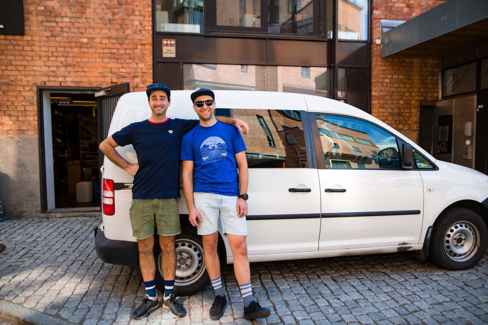 GLADE CAMPERE: Mick Ross (t.v) og Terrengsykkel-redaktør før avreise fra Oslo på en intensiv sti-ekspedisjon i Norge.
