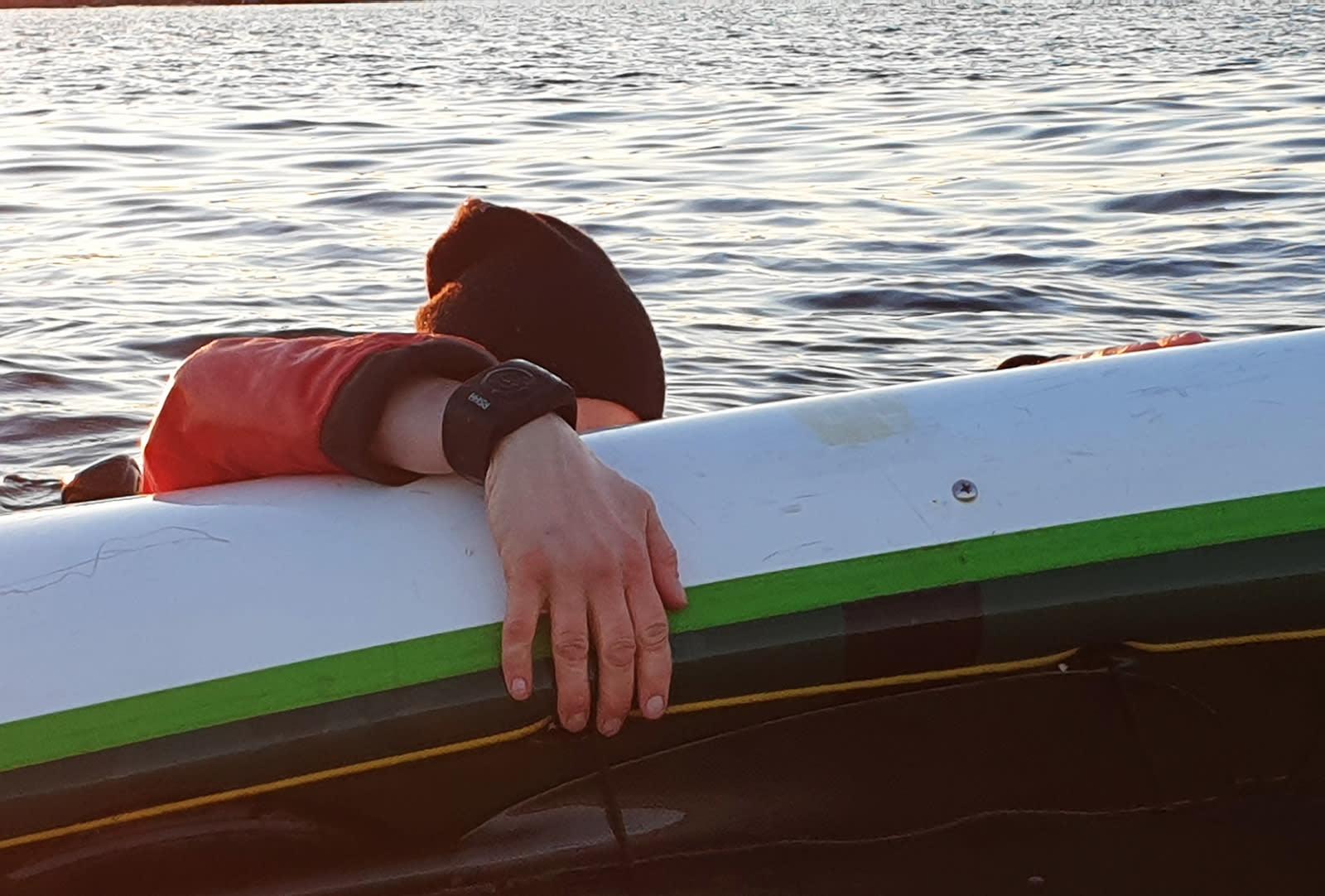 HØSTENS FINESTE ACCESSOIR: Padlearmbåndet med nødknapp er på størrelse med en klokke. Foto: Laila Johanne Reigstad
