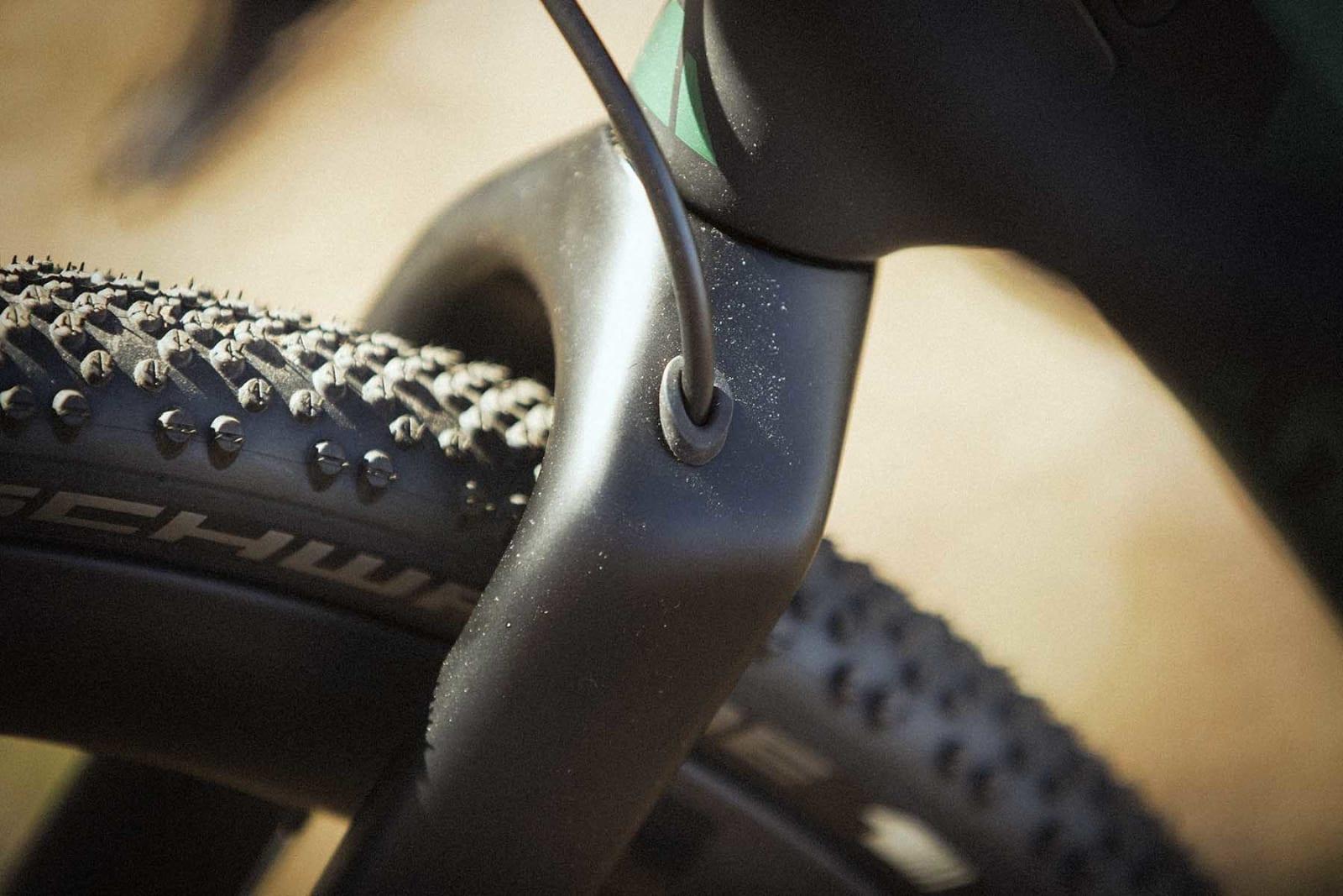 GJENNOMFØRT: Strømpen til forbremsen ledes gjennom gaffelen. Dette er nå standard på nesten alle sykler.