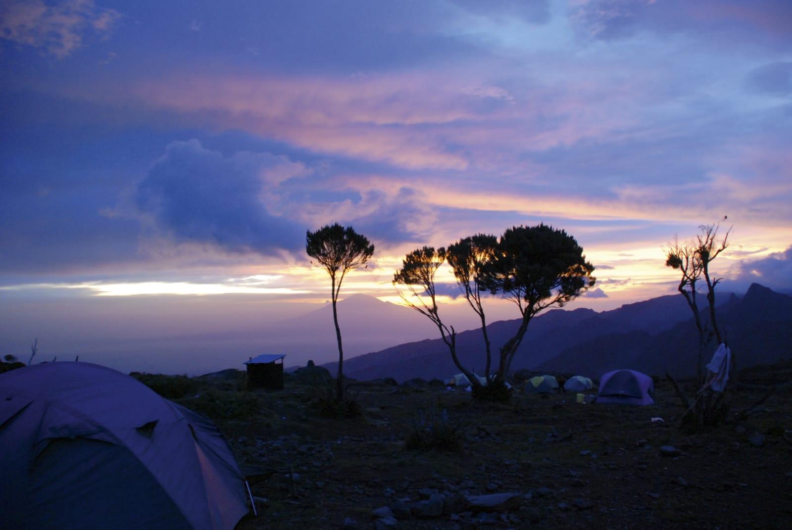 MAGISK: Det er vanskelig å beskrive en soloppgane på vei opp til Kilimanjaro. Lyset, temperaturen, lydene. Det er intenst å være på vei til toppen av Arika. Foto: Erling Rosenstrøm.