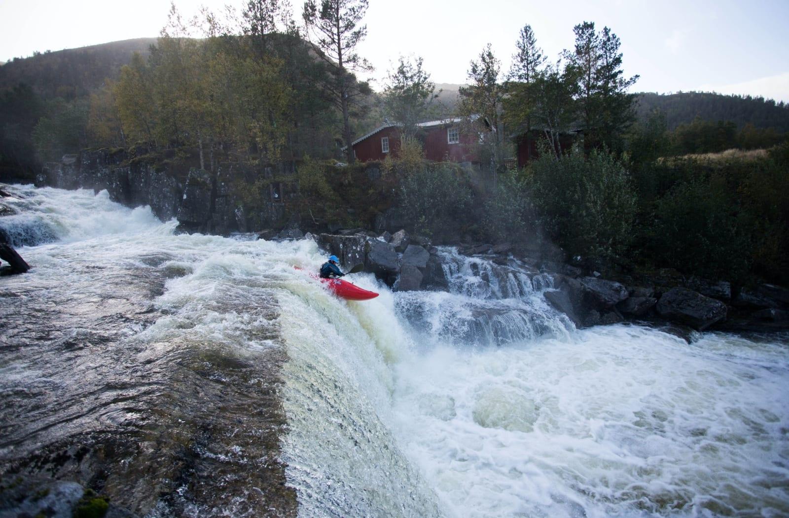 SNILL: Kjølig vær sent i september og småtriste, midtnorske omgivelser stopper ikke Flemming når det er bratt padling på gang. Her fra Vutudalselva i Snillfjord i Sør-Trøndelag. Bilde: Tore Meirik