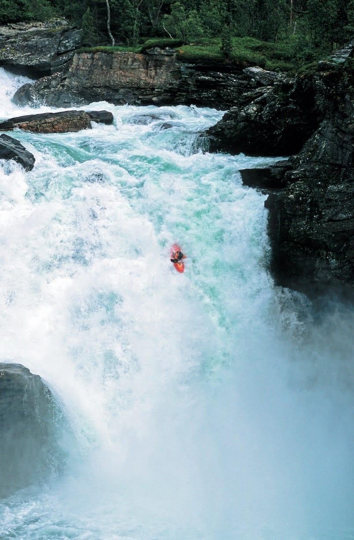 KARSTYKKE: Siden førstegangspadlingen i 1999 har mange padlet Flemmingfossen i Rauma – og mange har skadet seg – men ikke Flemming, som var førstemann utfor den enorme fossen. For øvrig foran kameraene til Teton Gravity Research. Bilde: Dan Armstrong