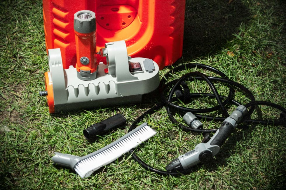 TILBEHØR: Bikewash pro kommer levert med børste, dusjmunnstykke, USB-lader, lykt og separat vannpumpe