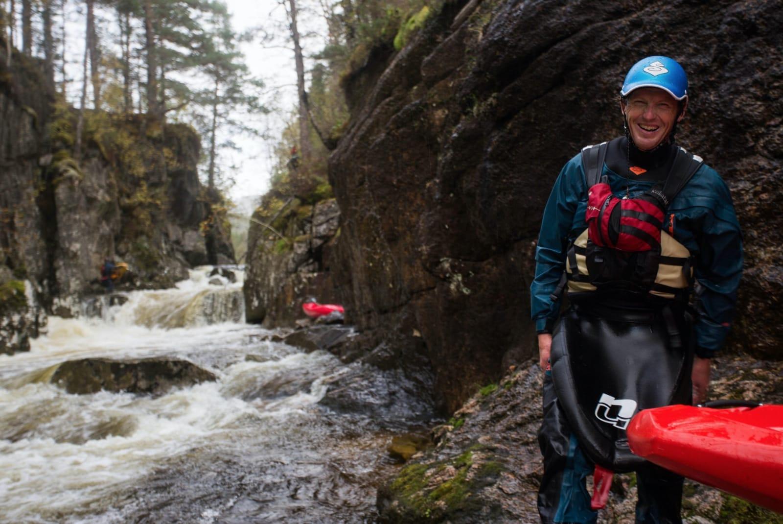 GODT HUMØR: Selv om han er berykta for å skremme vannet av de han har med seg på padletur, er ingenting skummelt med Flemming sjøl. Han er alltid i godt humør på elva. Bilde: Tore Meirik