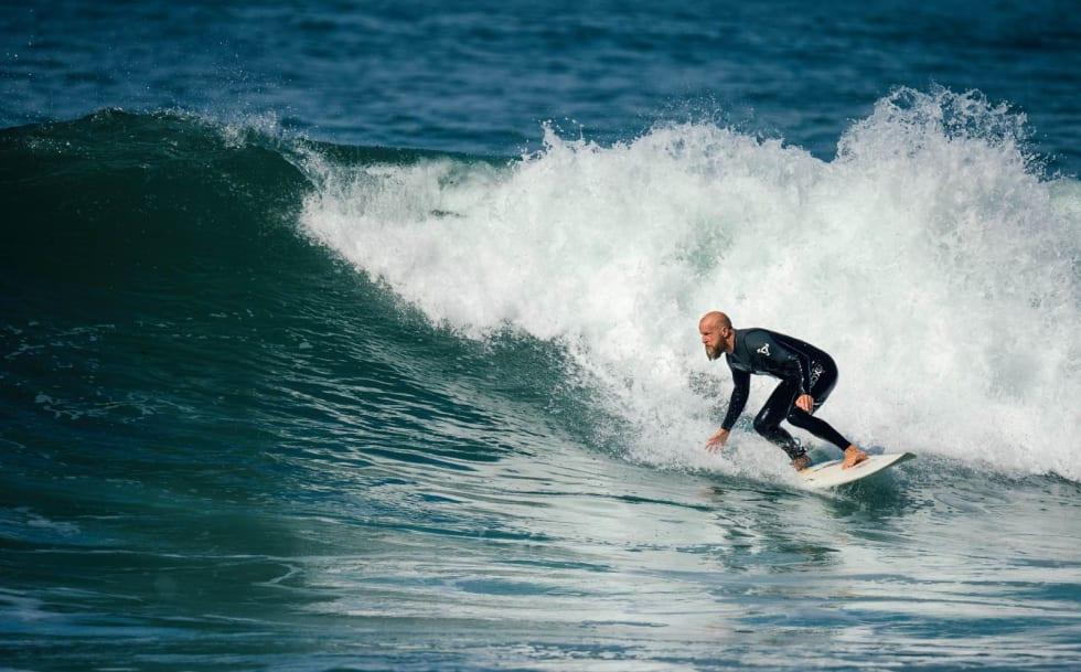 BOTTOMTURN: En god bottomturn er grunnstenen til veldig mange surf-manøvre. Inge Anundskås legger seg godt inntil skummet og sørger dermed for å benytte seg av den bratteste delen av bølgen, slik at han får mest mulig fart. Foto: Hallvard Kolltveit