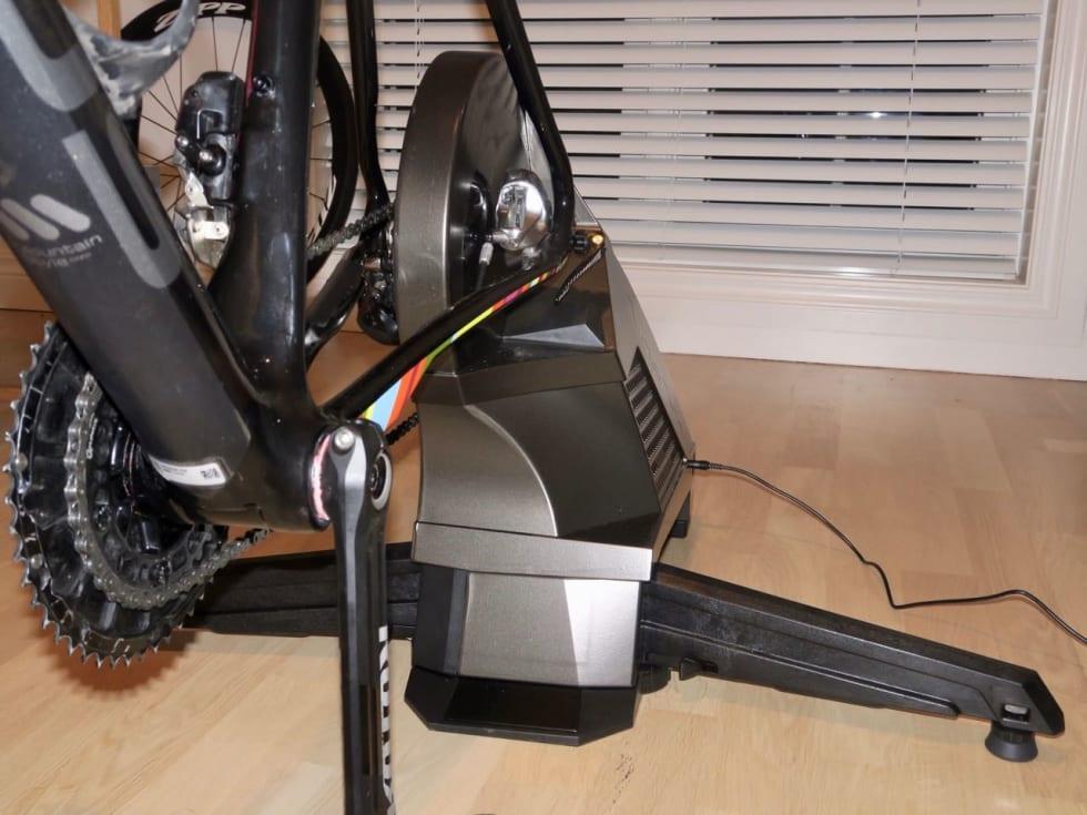 BREDT FUNDAMENT: CycleOps H2 har frembein som folder ut til en solid bredde. De kan raskt brettes innunder selve rulla også.