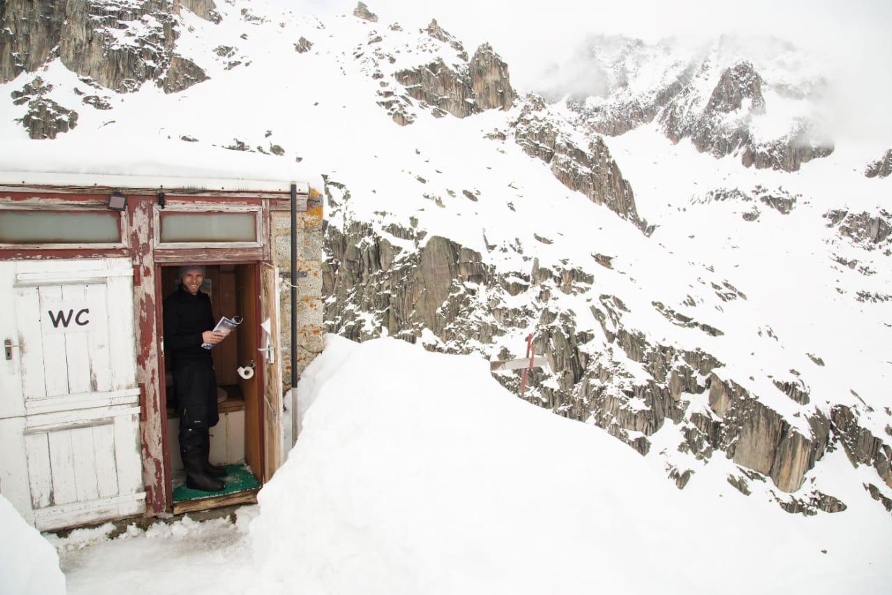 OGSÅ EN JOBB: Hyttene har litt ulik standard langs ruten. Albert-Heim Hüttes utedass er en av de «unike» opplevelsene på turen.