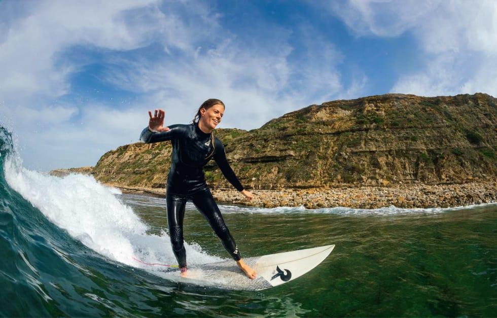 VEIEN ER MÅLET: Det aller viktigste målet for de fleste som surfer er å ha det gøy. Kristine Tofte innser at man kanskje har det enda artigere hvis nye mål blir nådd. Her gjør hun en bottomturn i små, men perfekte forhold i Ericeira. Foto: Hallvard Kolltveit