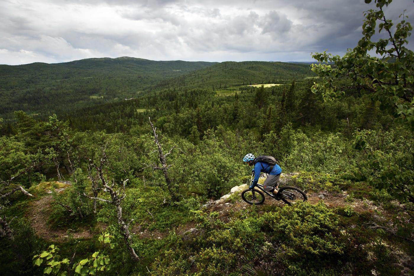 BAKGÅRD: Knut Myking har stier i nabolaget de fleste kan misunne.