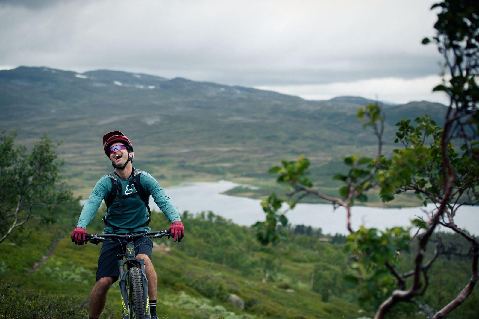KAN IKKE SKJØNNE: Litt grå skyer la ingen demper på gleden Mick hadde av å sykle i den norske fjellheimen. Foto: Kristoffer H. Kippernes