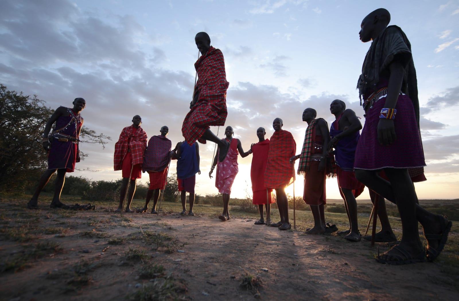SKAL VI DANSE?: Masaiene bruker mye sang og dans, og har en enorm spenst. I den spesielle dansen er det om å gjøre å hoppe høyest med helt strake bein. Foto: Matti Bernitz