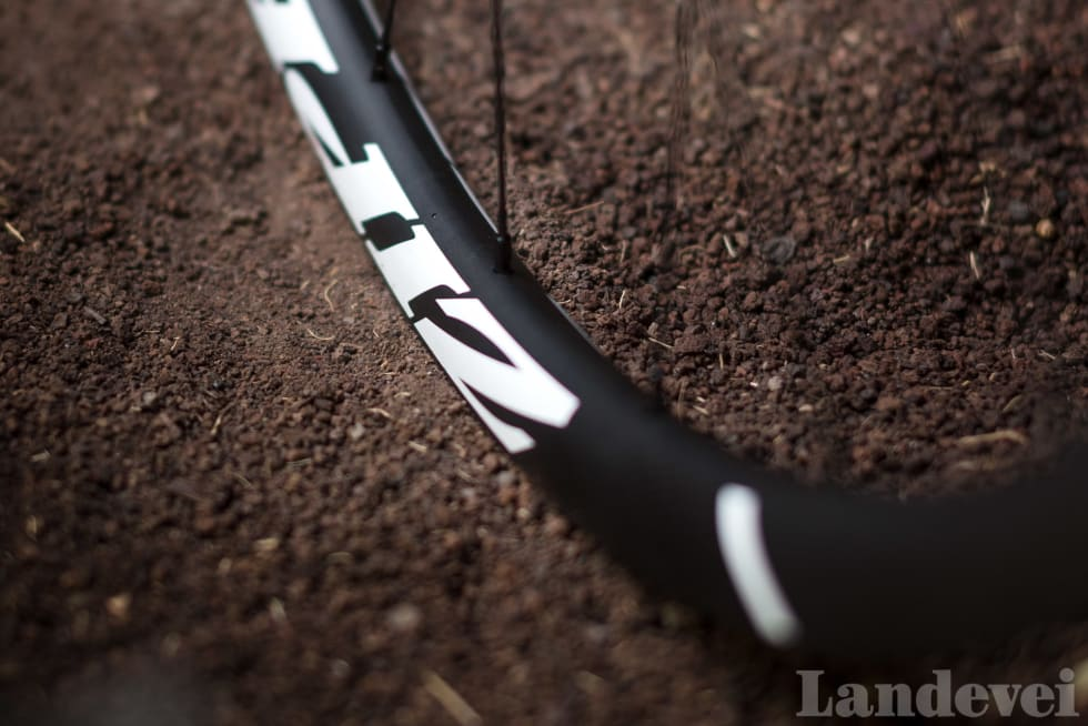 ENKELT: Hjulene er klare for slangeløs bruk, på en moderne, bred felg.