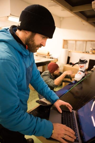 MÅLING: Erlend Sande (nærmest kamera) og Endre Hals måler og registrerer informasjon om ATK Crest. Foto: Tore Meirik