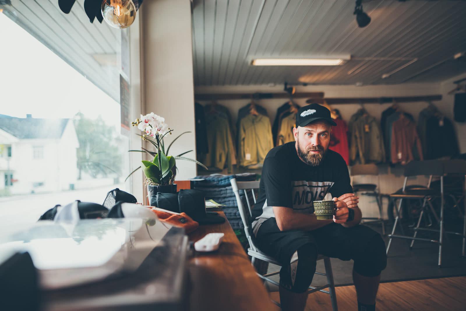 MEN FØRST: Kaffe. Kjell Arne Høyesveen tar en hvilepause mellom guidinga på Værfast. Foto: Mick Ross.