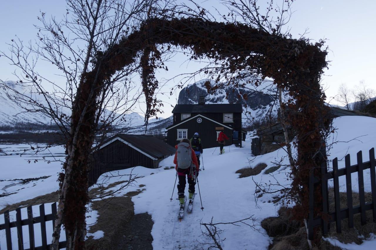 VELKOMMEN INN: Etter en lang dag er det godt å komme til Gjendebu. Foto: Johan Wildhagen.