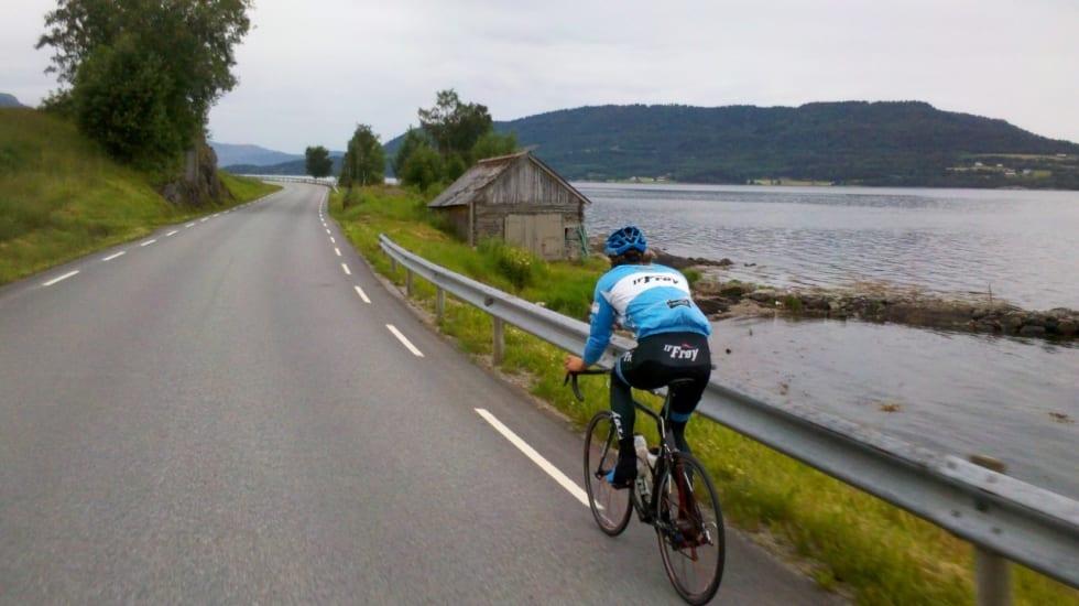 FISKERI: Det er en rekke naust, fiskevær og småbygder langs med Sunndalsfjorden. Dette er Oddbjørn Klomsten Andersen. Foto: Jonas Orset