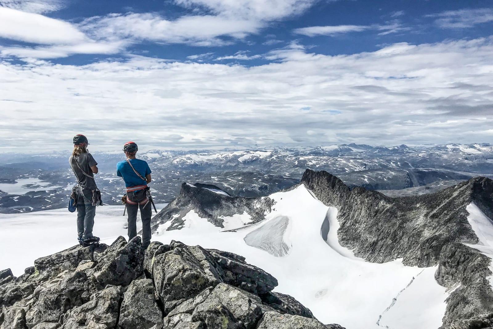 SMØRSTABBTIND-TRAVERSEN: Vetle Eriksen Dirdal og Håvard Skaar Skogesal på toppen av Storebjørn (2222 moh). Bilde: Bård Basberg