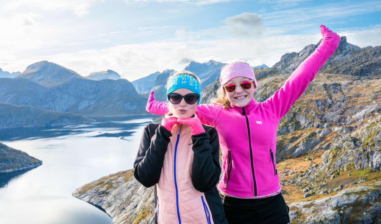 PÅ TOPPEN AV TEKOPPSTETTEN: Fornøyde jenter, Nikoline (til venstre) og Eline, øverst på Tekoppstetten. Foto: Jon Olav Larsen
