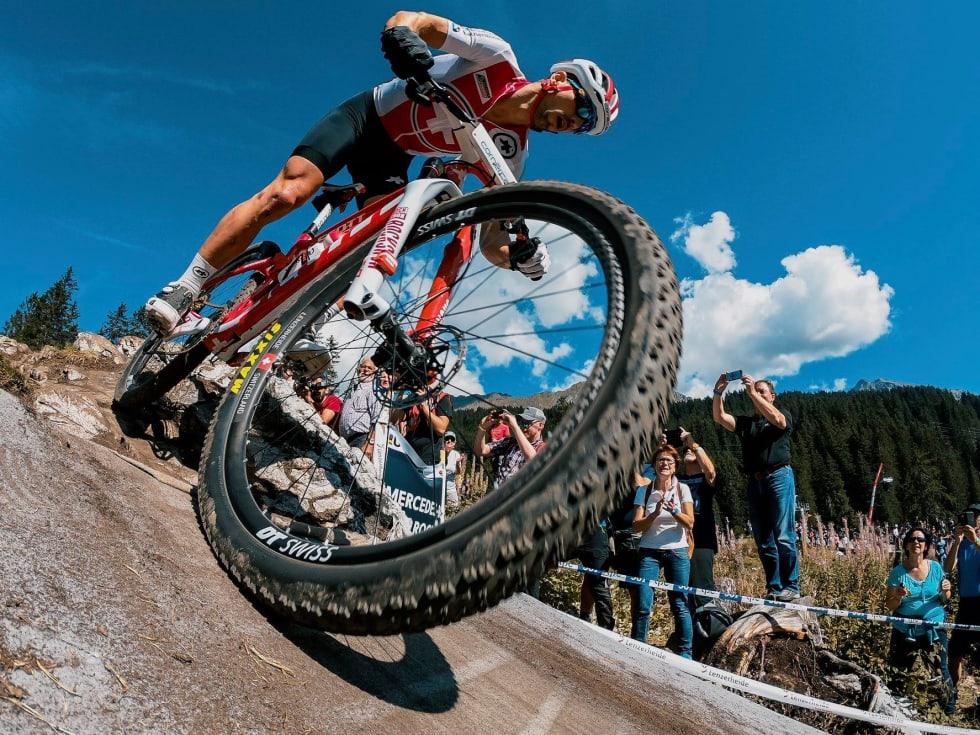 PÅ HJEMMEBANE: Nino Schurter hadde tilsynelatende kontroll i rittet foran 30 000 entusiastiske terrengsykkelfans. Foto: UCI
