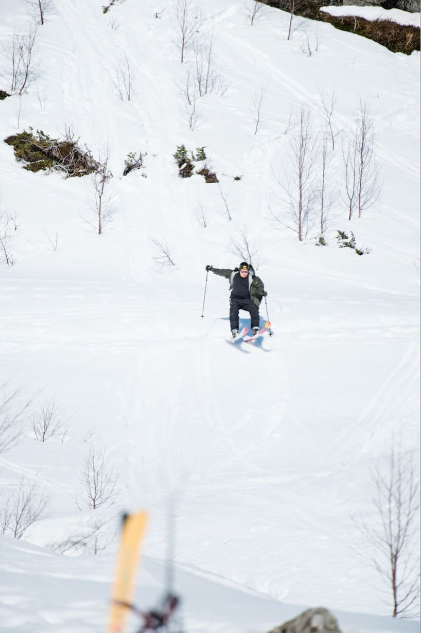 SLIPP UT VÅREN: Filip «Filla» Christensen gønner på med åpen jakke på frikjøringskonkurransen på High Camp Turtagrø, våren 2017. Bilde: Martin I. Dalen
