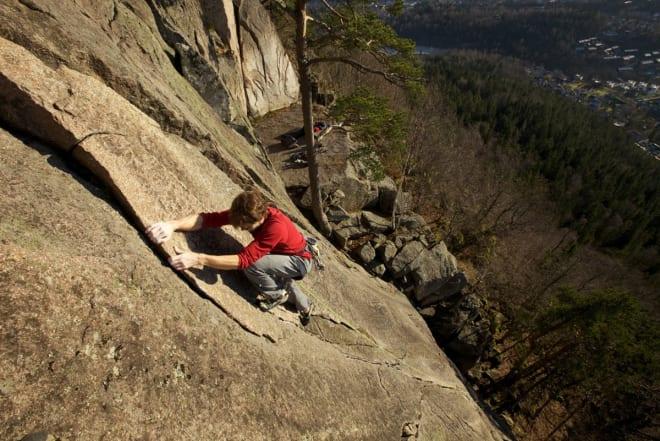 FINE LINJER: Lekker klatring på egne sikringer – her på Kolsås. Foto: Dag Hagen