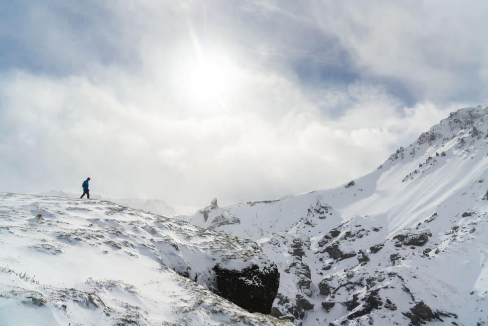 DEN ISLANDSKE VÅREN: Det veksler mellom vinter og vår, og det veksler ofte. Liker du ikke været, vent i fem minutter, sies det her. Foto: Ellie/Hoka One One