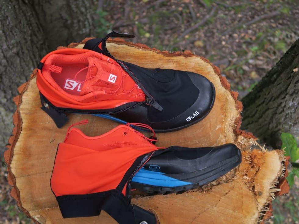 INNI: Den råde skoen gjemmer seg inni den svarte gamasjen. Gamasjen har litt ekstra polstring rundt ankelen.