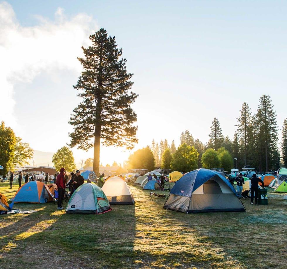 LEIRPLASS: Det finnes sikkert et dårlig motell i nærheten, men nesten alle deltagerne og arrangørene sover i telt.