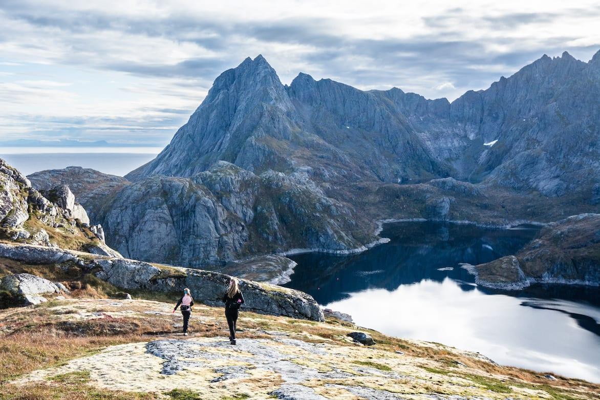 LOFOTEN-FJELL: På vei ned igjen fra Tekoppstetten. Terrenget er vilt og spennende. Foto: Jon Olav Larsen