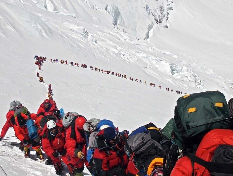Tilstander: Kø opp mot toppen av Mount Everest. Foto: Ralf Dujmovits.