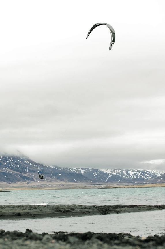 LINENES HERRE: Lars Johan L´Abee-Lund cruiser over vulkanske sandbunn med kulisser som tatt ut av Ringenes herre-filmene.