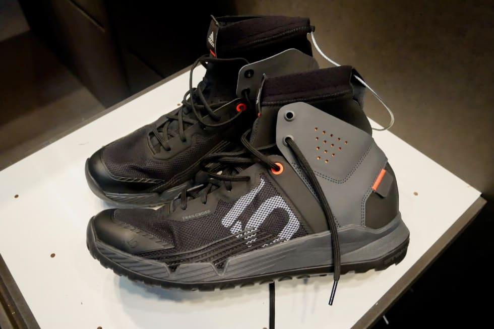 HØYE SKO: FiveTens nye Trailcross er ankelhøye sko for flate pedaler, akkurat slik som Sam Hill liker dem.