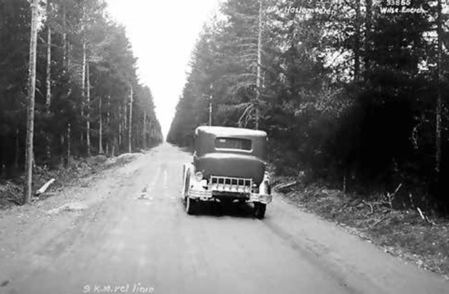 HULLETE: Haslemostrekka før ombygging og asfaltering. Bildet er tatt av Fotograf Wilse, og er et skjermdump fra Statens Vegvesen «Vegen og vi», 2014.
