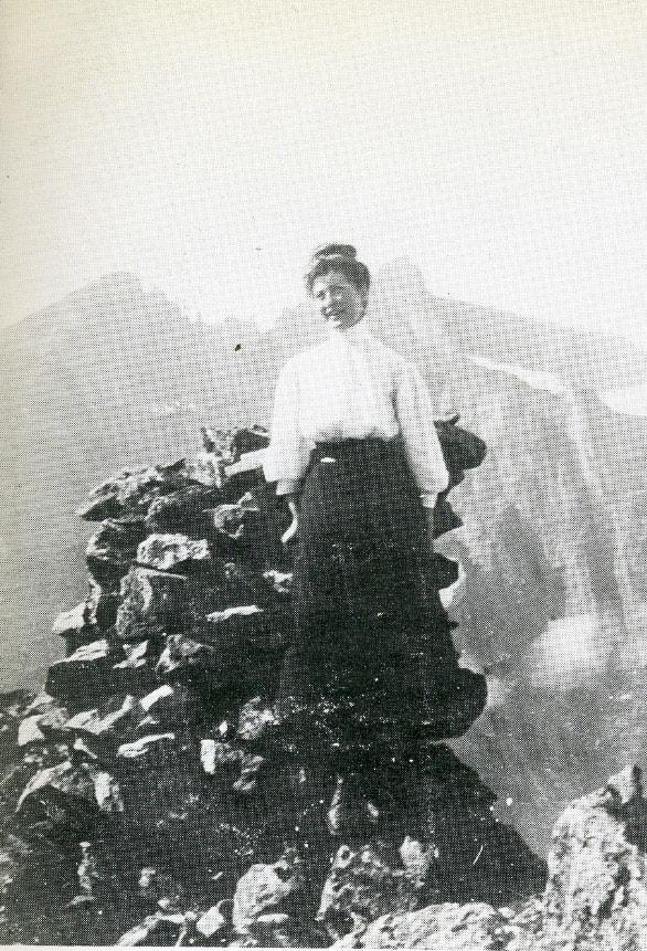 TOPPEN AV HORNET: Unni Frisak var første norske kvinne på Romsdalshorn i 1908. Med ankellang kjole som hun heftet opp. Foto: A. Heen