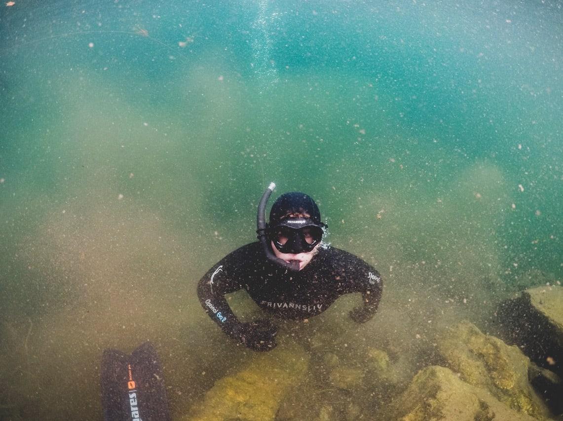 PÅ ETT PUST: Henrik Foldvik på vei mot overflaten for å hente luft. Evnen til å holde pusten under vann er høyst trenbar, og verdensrekorden er på hele 22 minutter. Foto: Line Hårklau