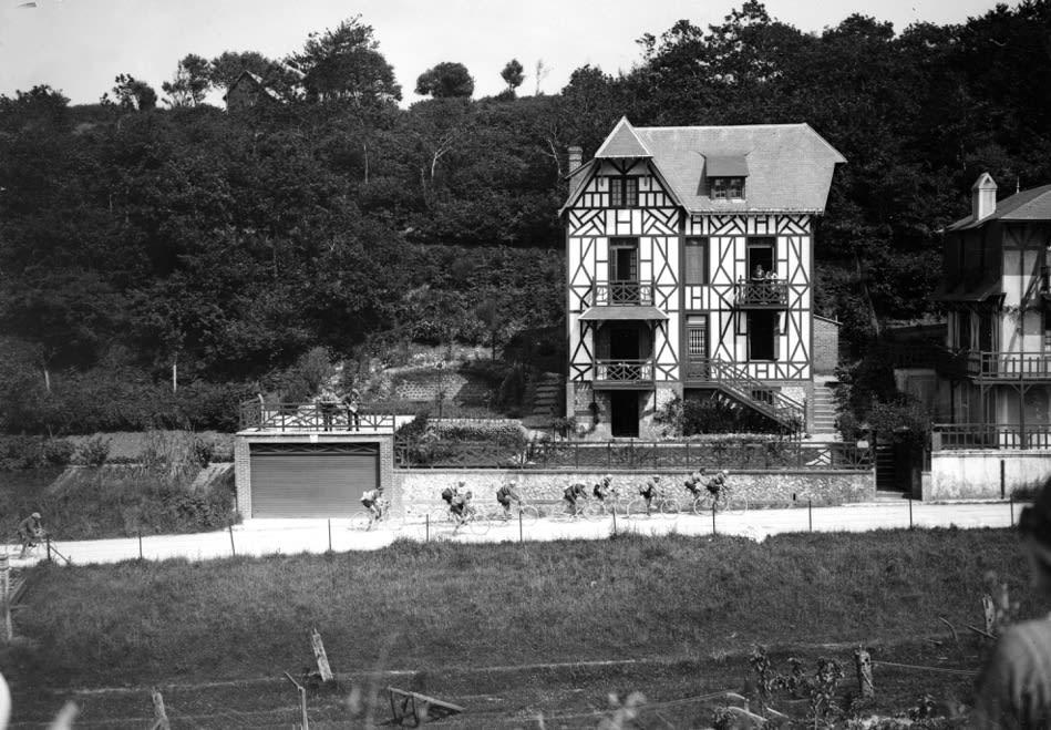FØRSTE BAKKE: Det finnes villaer, og så finnes det villaer i bindingsverk, med dobbelgarasje. Vi er i 1924. Urokråka Henri Péllisier leder en gruppe ved Flixecourt. Foto: Presse Sports