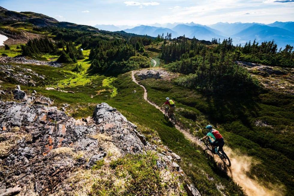 DRØMME-LANDSKAP: I fjellene nord for Terrace sykle Julia og Daniel ned mot Rosswood.