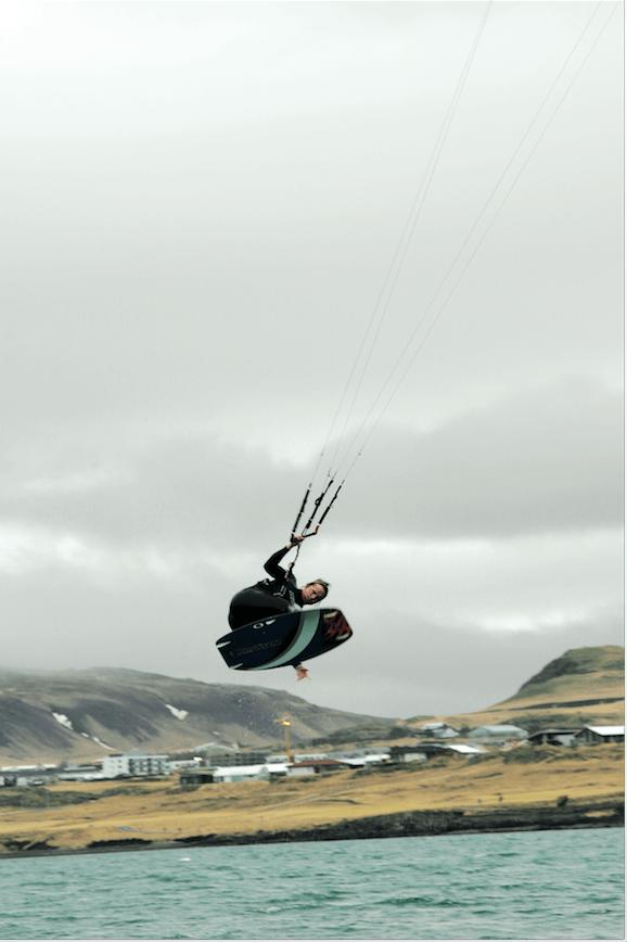 VULKANØYA: Island er et eksotisk sted for kite, men du bør oppsøke øya i sommersesongen. Lars Johan L´Abee-Lund i svevet.